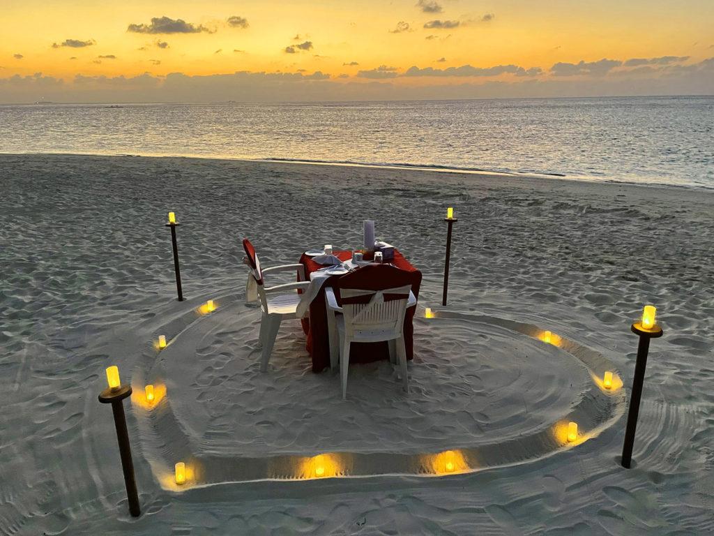 Romantisches Dinner am Strand